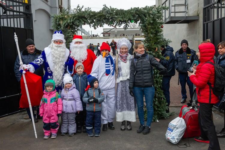 Дед Мороз встречал финского собрата с внучкой Снегурочкой и радостными петербуржцами