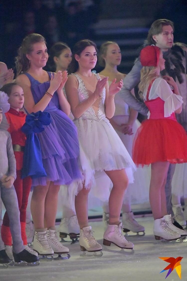 Аделина Сотникова (на фото она в белом платье) исполнила роль феи.