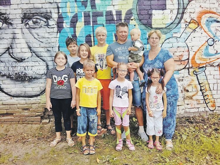 Фирсановы стали участниками пилотного проекта столичных властей и взяли к себе сразу пятерых детей. Фото: Семейный архив