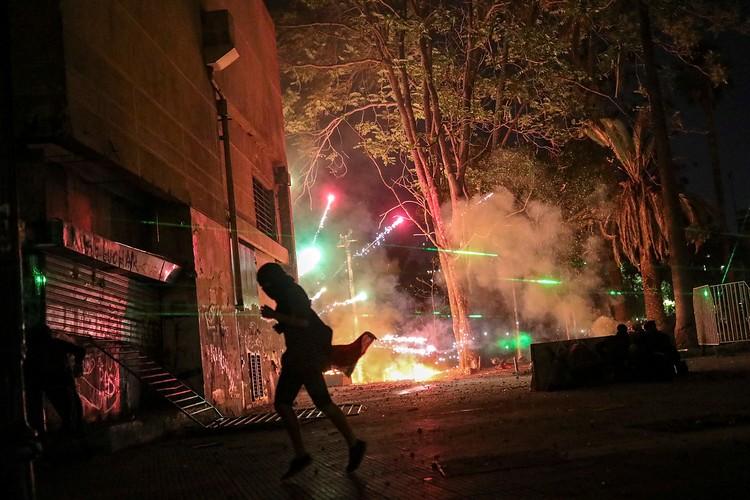 В Чили даже в новогоднюю ночь не прекратились протесты. И уже непонятно что там сверкало и хлопало - новогодние петарды или взрыв-пакеты