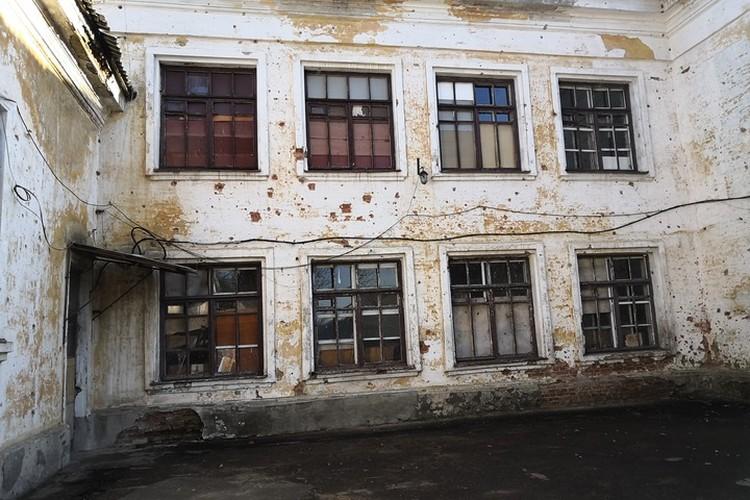 Школа была построена в 1936 году, пережила Великую Отечественную, а вот современную Украину не пережила.