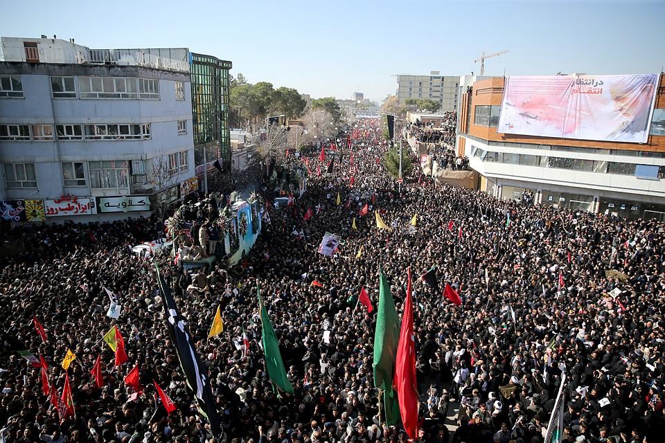 Прощаться с генералом Сулеймани пришли тысячи иранцев. Фото: REUTERS