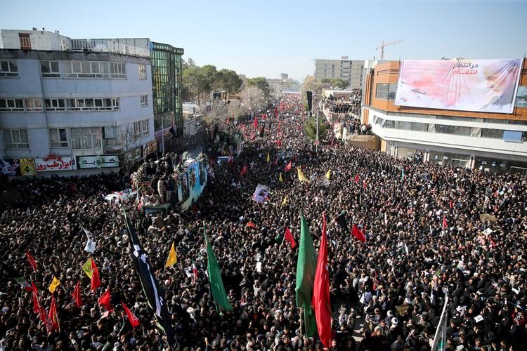 Прощаться с генералом Сулеймани пришли тысячи иранцев.