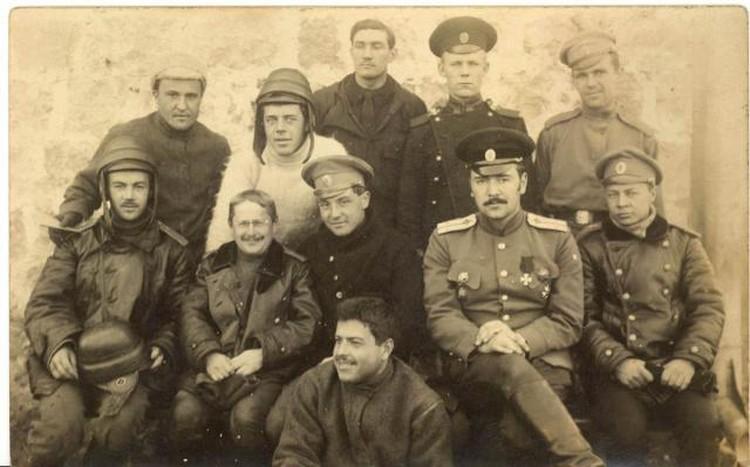 Бойно-Родзевич С.А. в окружении лётчиков.