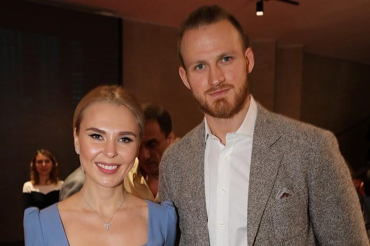 В конце прошлого года певица Пелагея объявила о расставании с мужем, хоккеистом Иваном Телегиным