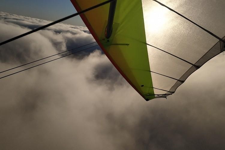 Пробив облачную преграду тревога у пилотов прошла. Они, наконец, увидели солнце. Фото: vk.com/@donbass_sky-oblaka2020