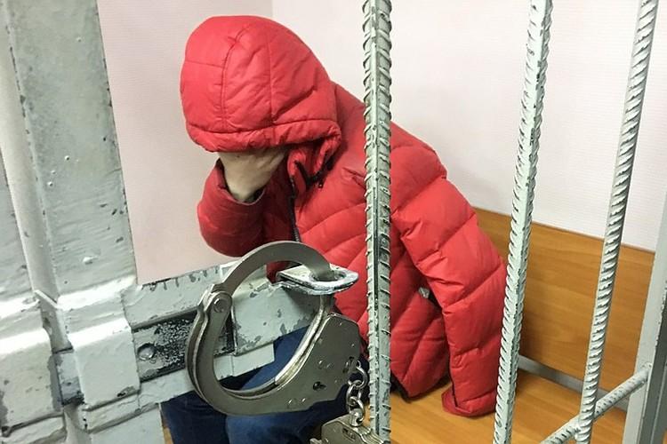 «Киллер» Николай Фролов прятал лицо от журналистов.