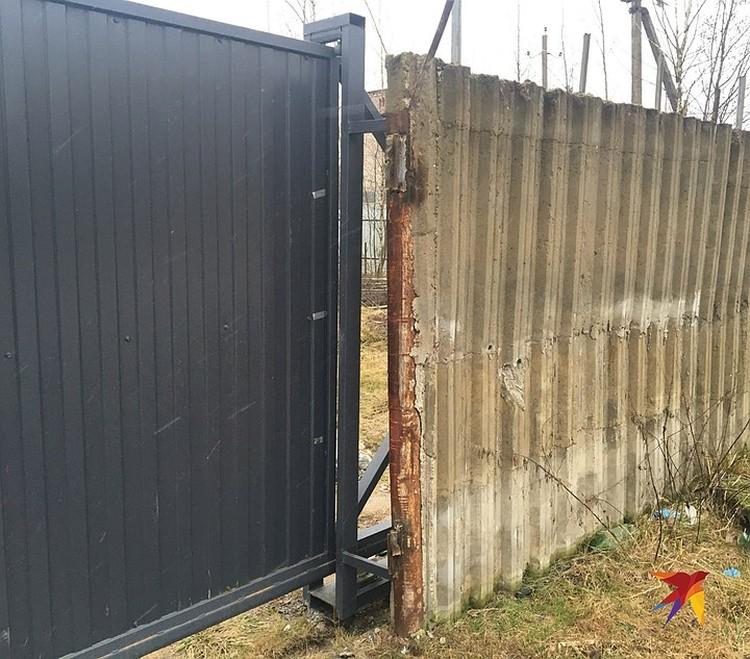 Дырка в воротах, через которую показал удостоверение участковый. Увидев полицейского, преступники сразу убежали.
