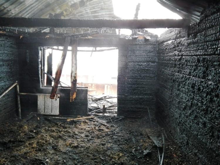 Близкие семьи считают, что пламя вспыхнуло из-за того, что в водонагревателе замкнуло пластины. Фото: ГУ МЧС России по Новосибирской области.