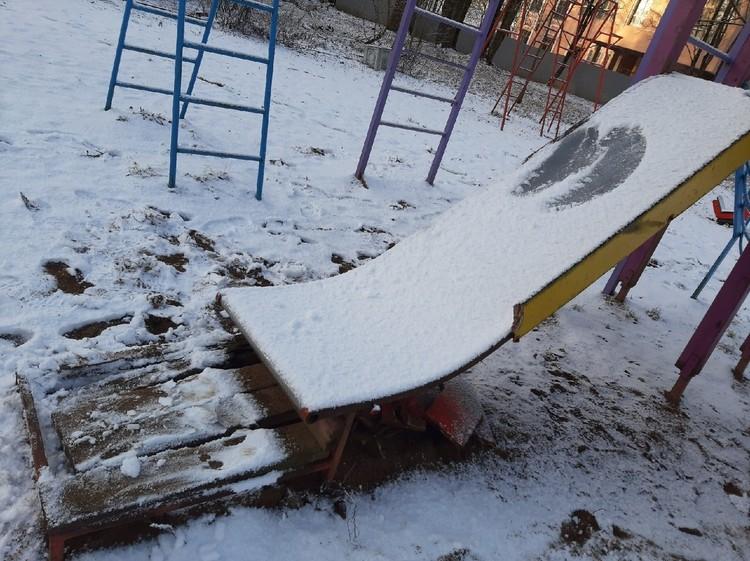 Опасность и в том, что многие изъяны площадки скрыты слоем снега. Фото: vk.com/civilpatrol