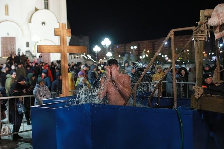 Во время Святок православный люд проводит время в забавах, рядится чертями и ведьмами, а по истечении увеселений граждане окунаются в прорубь, смывая крещенской водой безумства прошедшего веселья