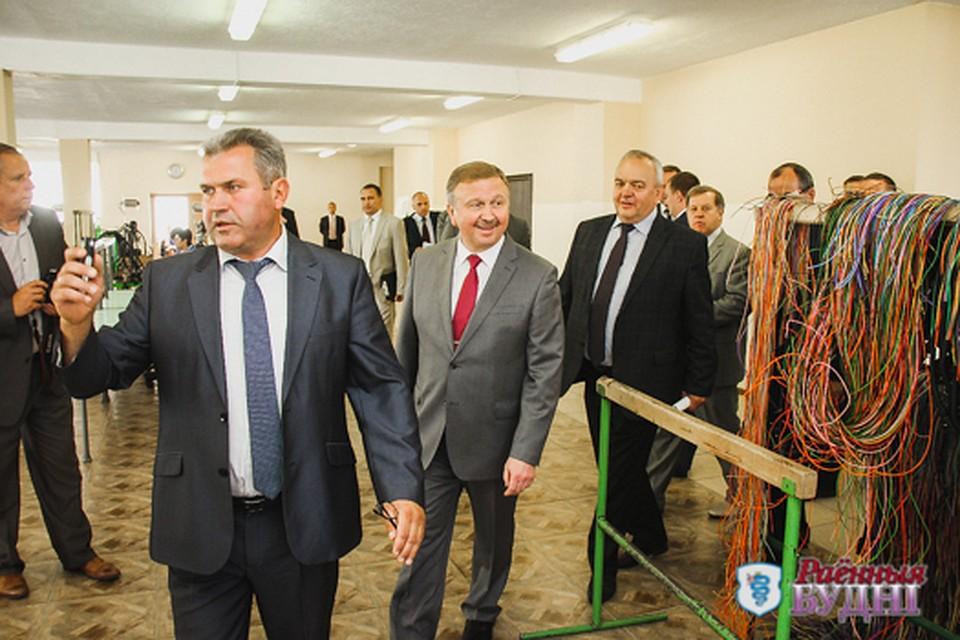 Виктор Калих показывает свой завод Андрею Кобякову. Фото: budni.by