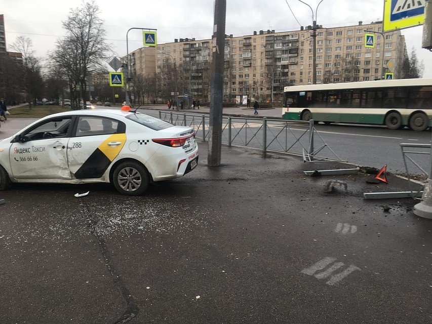 Повезло, что никто из прохожих не пострадал. Фото: vk.com/spb_today