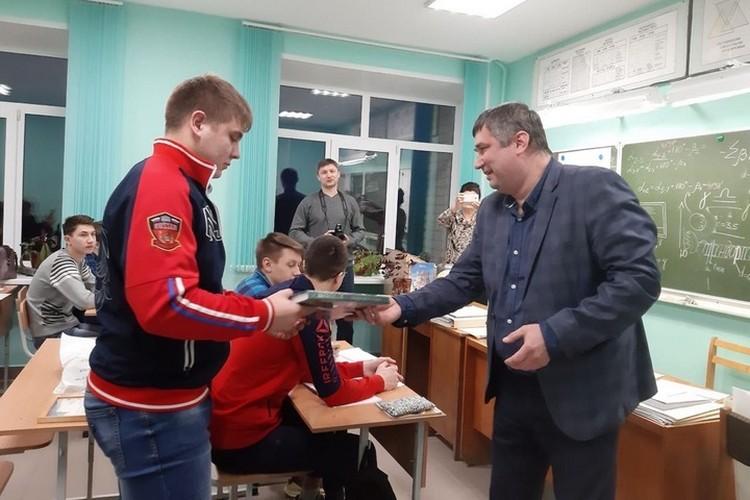 Момент награждения Благодарственным письмом. Фото предоставлено пресс-службой ГУФСИН России по Пермскому краю.