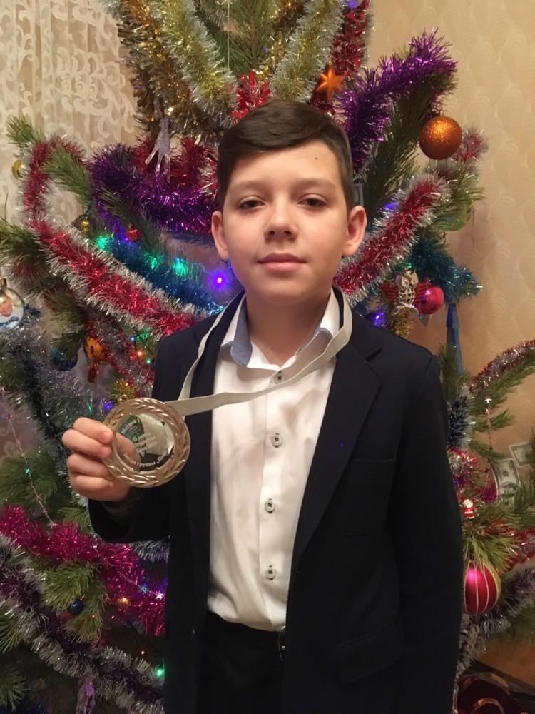 Матвей с очередной медалью. Фото: Поют Дети