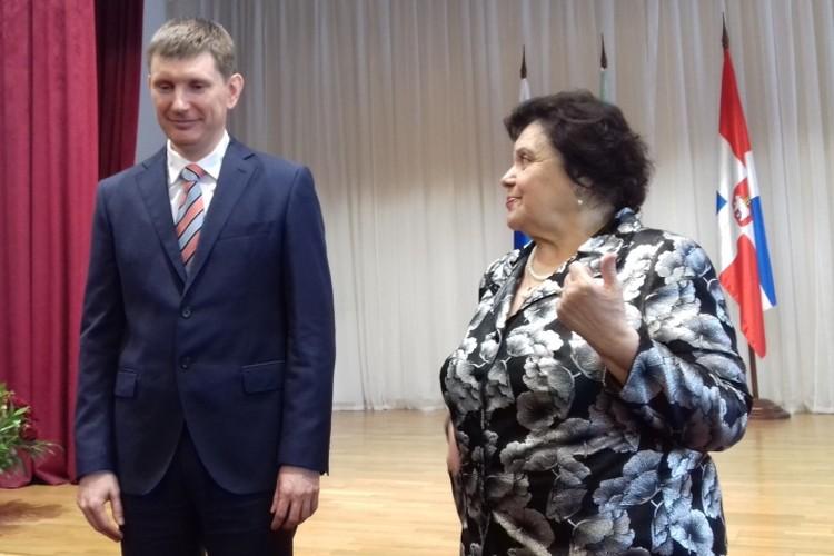 На сцене с директором гимназии Элеонорой Падей. Фото предоставлено гимназией № 17.