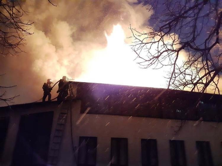 К счастью, пострадавших нет - в помещении находилось десять человек, их эвакуировали