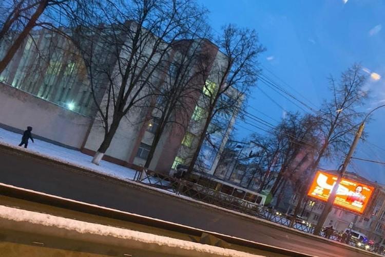 ЛИАЗ выехал на тротуар и врезался в стену здания военного училища