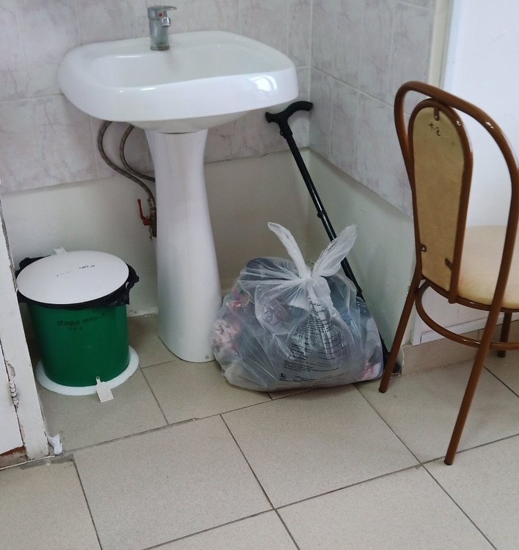 Так были брошены вещи умершей пациентки. Фото Евгении Акст
