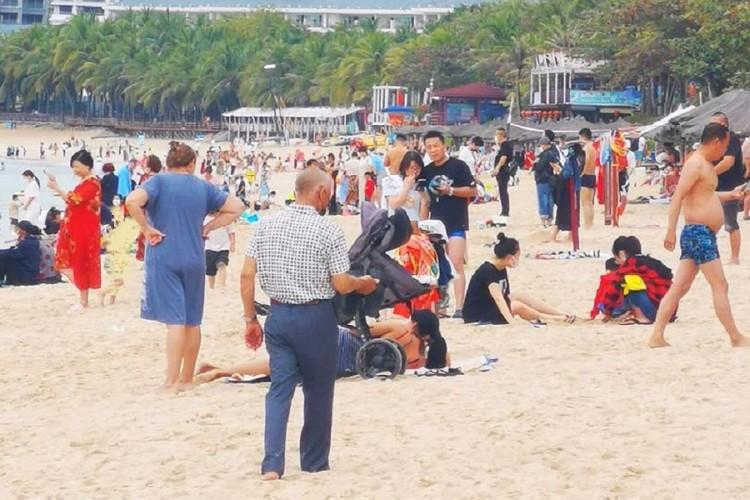 Пляжи на острове Хайнань 26 января не пустуют. Фото: Алексей, местный житель