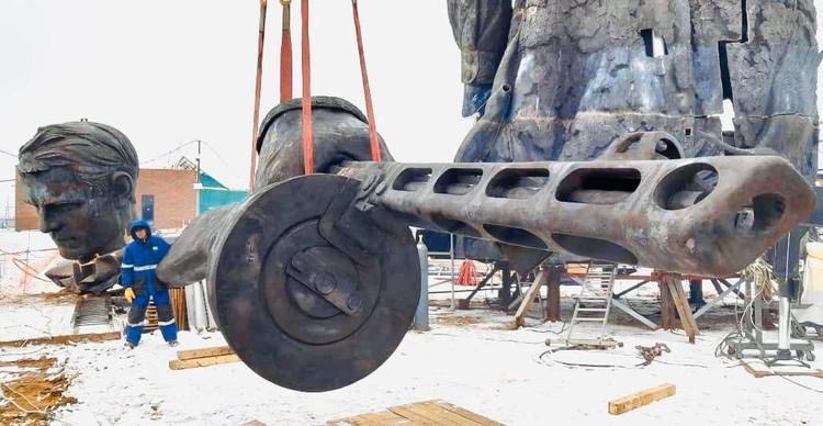 На стройплощадку Ржевского мемориала доставили бронзовый автомат Фото: rvio.histrf.ru