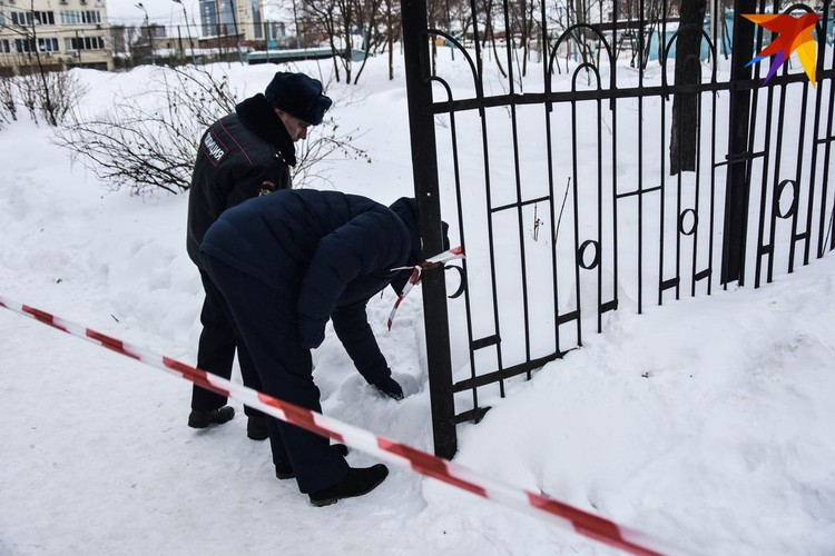 Криминалисты осматривают место, где был найден убитым Арчибасов, - прямо у ворот школы.