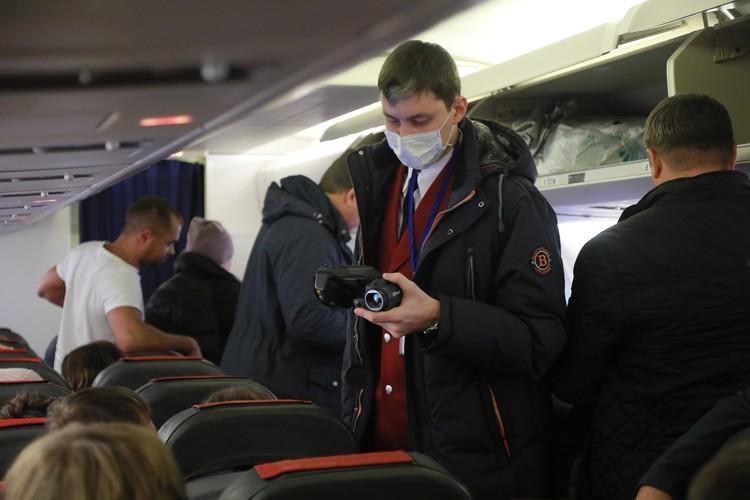 """В аэропорту """"Пулково"""" туристов из Китая проверяют при помощи тепловизоров. Недавно аналогичные меры безопасности ввели и на железной дороге."""