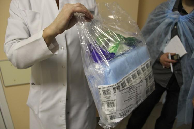 Такие спецкостюмы используют врачи - позже эти комплекты утилизируют