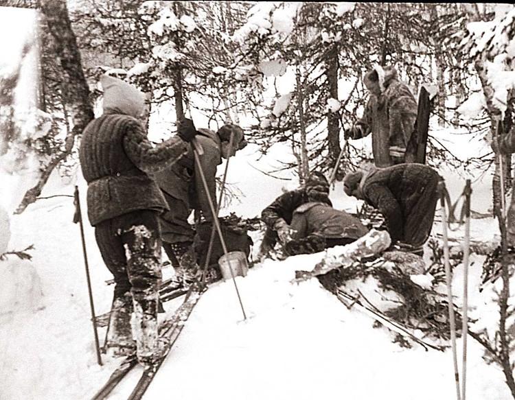 Манси активно помогали искать дятловцев. На этом фото они вместе со студентами разбирают лабаз. Фото: Общественный фонд «Памяти группы Дятлова»
