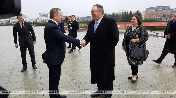 Сразу из аэропорта Помпео поехал во Дворец Независимости. На входе его встретил глава нашего МИДа Владимир Макей. Фото: БелТА.