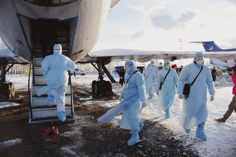 На борт поднимаются специалисты, чтобы осмотреть пассажиров.