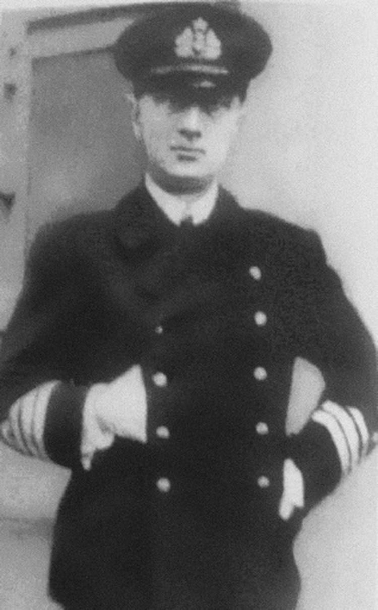 Колчак в новой морской форме Временного правительства (без погон, со знаками отличия на рукавах и пятиконечной звездой на кокарде), лето 1917 года.