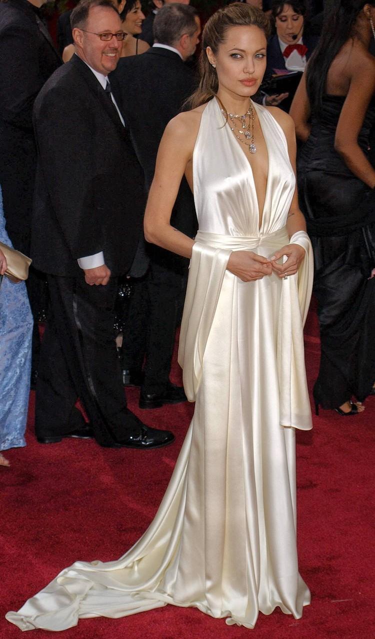 """Актриса Анджелина Джоли на церемонии вручения """"Оскаров"""" в 2004 году."""