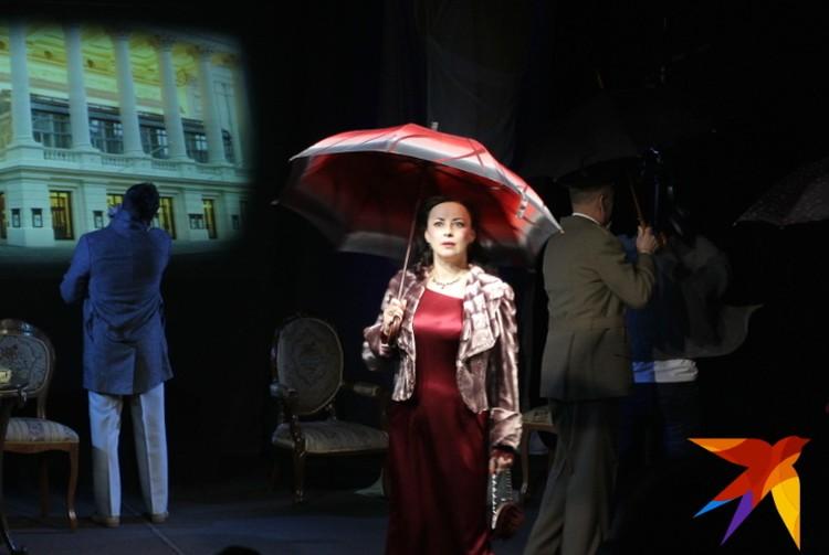 Действие пьесы разворачивается в Лондоне. В летний вечер дождь льёт как из ведра