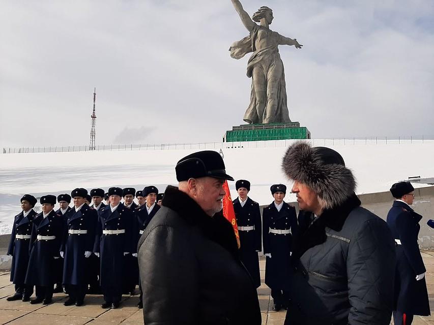 Николай Чуйков приехал на могилу деда и сказал спасибо волгоградцам за сохранение памяти Фото: Екатерина СИМОХИНА