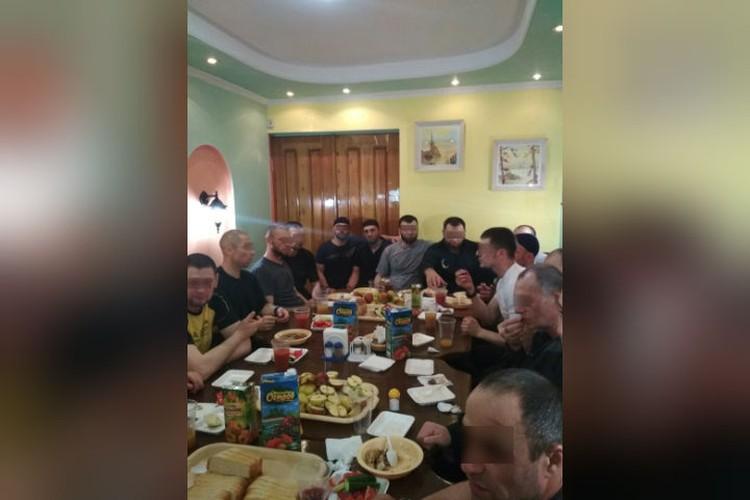 """По неофициальным данным, в колонии имеется кафе и ходить туда не запрещено. Фото: аккаунт Ислам Ирон во """"ВКонтакте""""."""