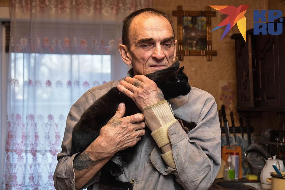 На руках одна из любимиц. Фото: Алена МАРТЫНОВА