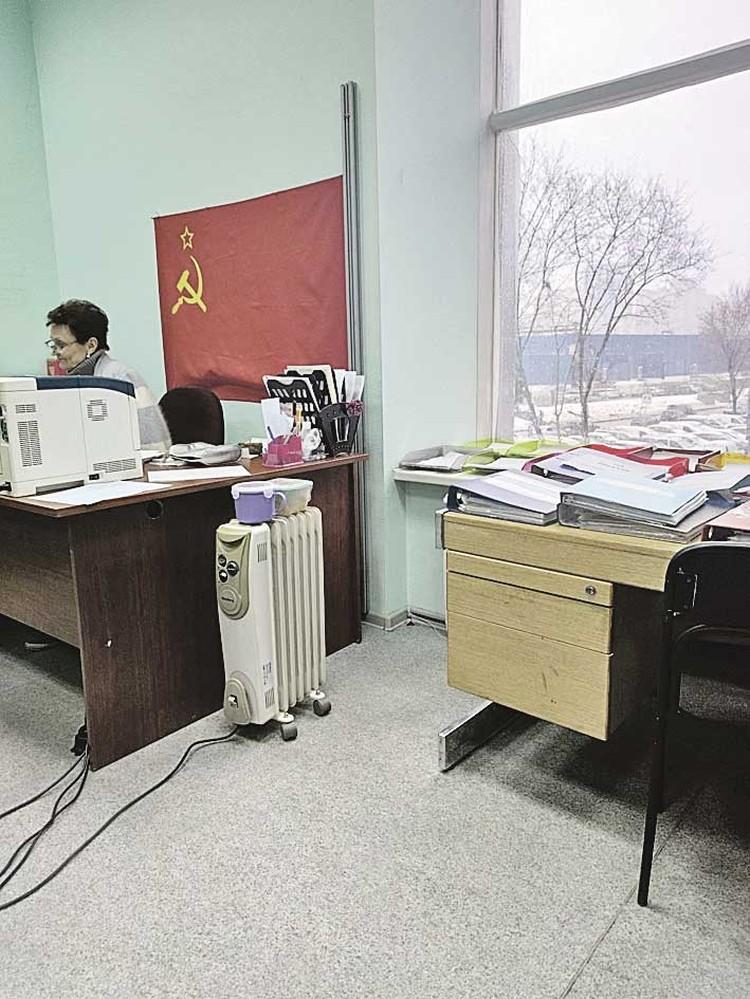 Паспортный стол Верховного Совета. С флагом СССР и пачками советских рублей.