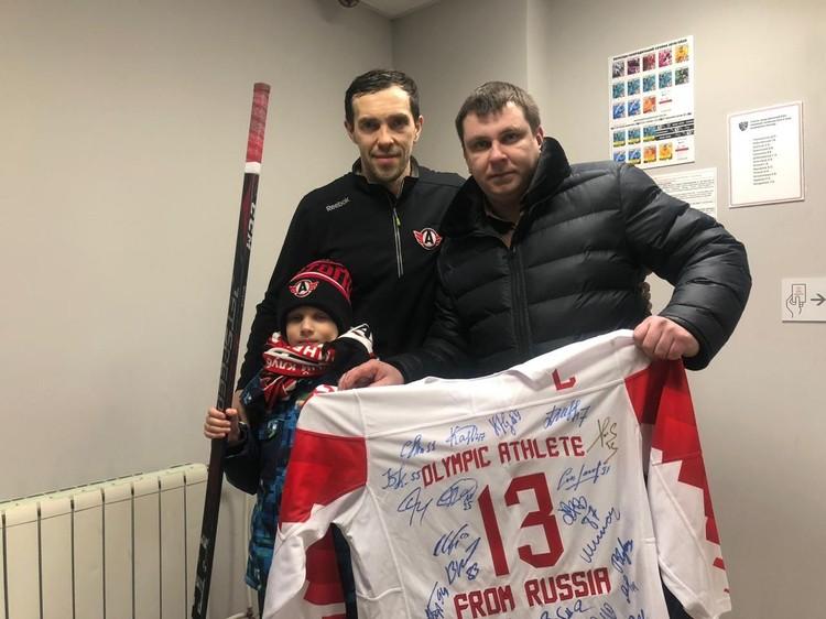 На свитере, который будет выставлен на благотворительном аукционе, стоят автографы других не менее известных хоккеистов России. Фото: ХК «Автомобилист»