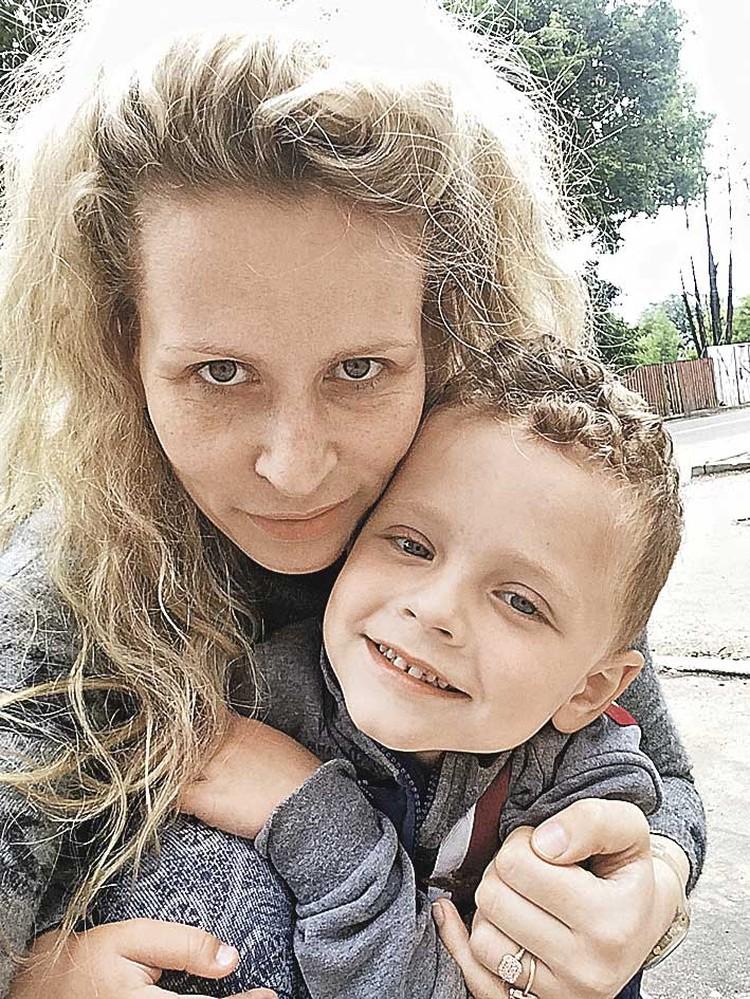 Елена Балабанова, у которой болен сын, объединила вокруг себя других мам с подобными проблемами. Фото: Семейный архив.