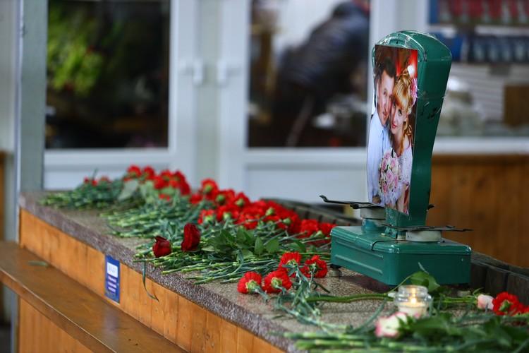Калининградцы несут цветы к месту, где работали погибшие предприниматели.