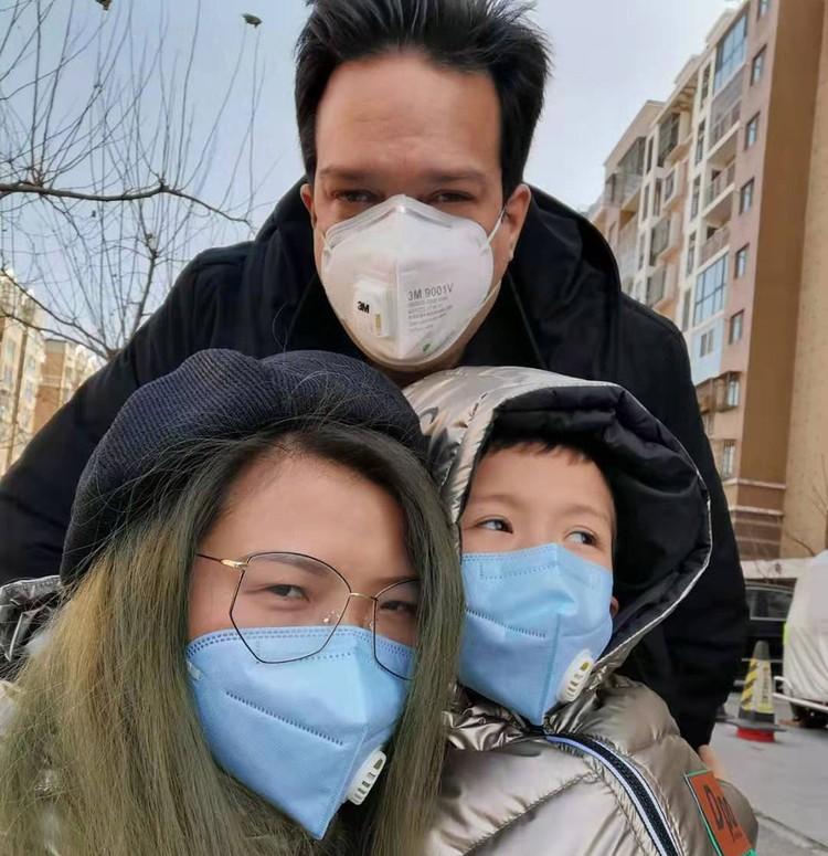 Томас с женой и ребенком.