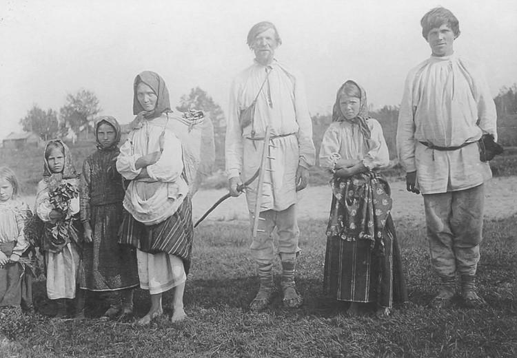 Даже из многодетной семьи, где был всего один сын, его не забирали. Сегодня в Беларуси могут дать отсрочку юноше, если он единственный ребенок у родителей-пенсионеров. Фото: Книга «Белорусы на фотографиях Исаака Сербова»