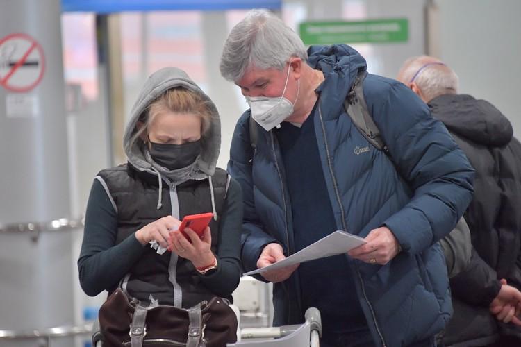 Обычные тонкие маски-гармошки бессильны против вируса, а вот маски с респираторами, плотно облегающие лицо, могут вас защитить