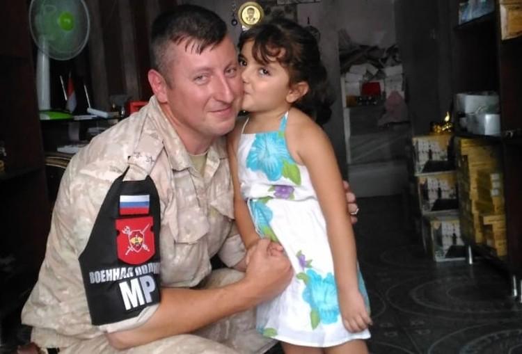 Маленькая девочка очень хотела поцеловать русского военного