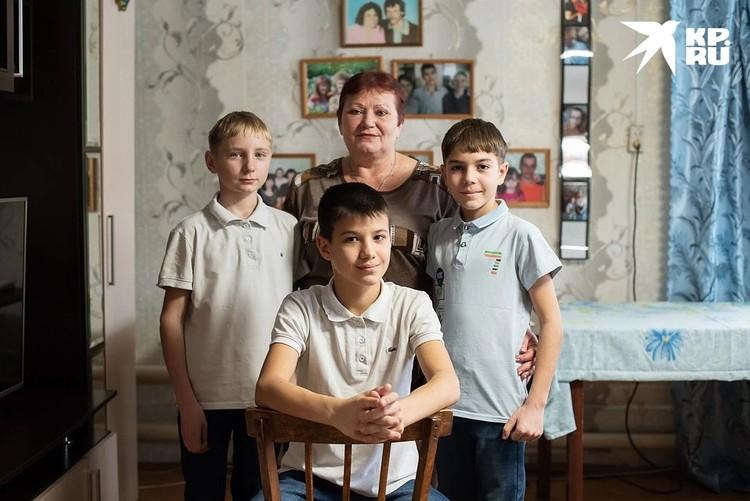 Рома (в центре) по-взрослому серьезно рассказывает, как решился написать письмо президенту