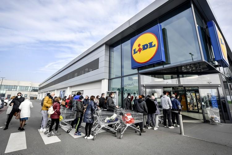 Опасаясь эпидемии люди сметают с полок супермаркетов все запасы