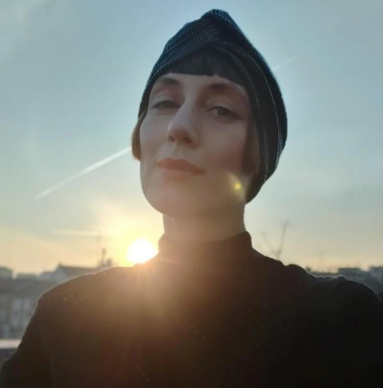 Юлия Абрамова на фоне миланского заката.