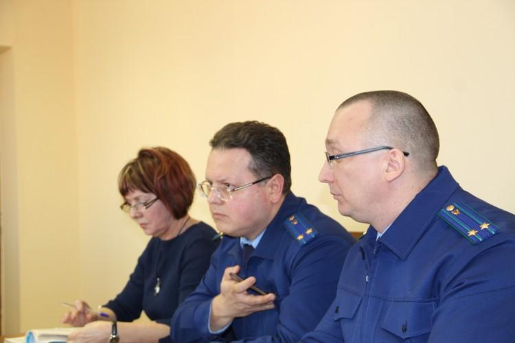 Ни представитель прокуратуры Виктор Кривцов (в центре), ни адвокат Ирина Чернышева против решения судьи не возражали.