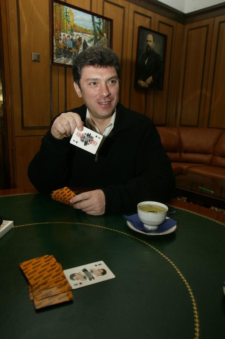 Борис Немцов, играющий в «политические» карты.